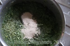 Adding gelling agent to homemade fish food